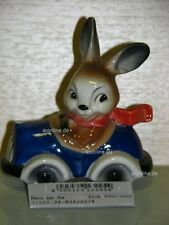 +# A015981_22 Goebel Archiv Muster Probe Ostern Hase Bunny sitzt in Auto 34-826