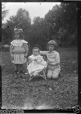 Portrait jeunes enfants ds jardin - négatif photo ancien verre deb. XXe