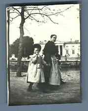 France, Lannion (Côtes d'Armor), Une mère et sa fille Vintage silver print.