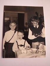 Mädchen & Junge in Lederhose & Junge mit Brille zu Ostern - Eier / Foto