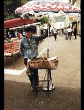 PORT BAIL (50) STAND MARCHAND Ambulant de CREVETTES au Marché animé en 1989