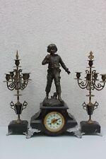 Pendule Kaminuhr - Knabe mit Kreisel,  Beisteller  Kerzenleuchter , um 1900