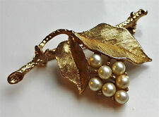 VINTAGE 1960s 70s SARAH COVENTRY GRAPES & LEAVES FAUX PEARL GOLD-TONE BROOCH PIN