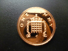1986 PROOF 1P COIN HOUSED IN A NEW CAPSULE, 1986 PROOF ONE PENCE PIECE CAPSULED.
