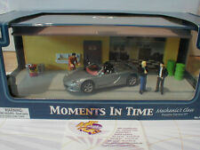 Moments in Time # Mechanics Class - Porsche Carrera im Diorama m. Figuren 1:43