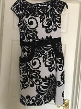 SCARLETT LADIES FAB BLACK AND WHITE FIGURE HUGGING KNEE LENGTH DRESS SIZE 8 NWOT