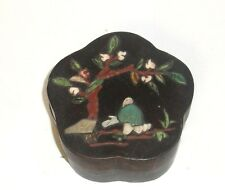 CHINESE JADE MAN AND TREE LACQUER SCALLOPED TRINKET JAR BOX