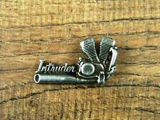 "SUZUKI INTRUDER MOTORCYCLE VEST PIN ~1-1/4"" x 6/8"" LAPEL HAT BADGE BROCHE BIKER"