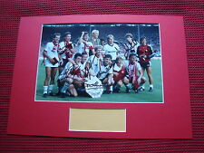 MANCHESTER UNITED 1983 CHARITY SHIELD * 7 * HAND SIGNED PHOTO MOUNT DISPLAY- COA