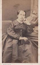 Photo carte de visite : Pierre Petit ; femme assise dans un fauteuil , vers 1868