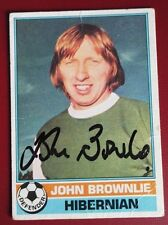 JOHN BROWNLIE - HIBERNIAN  - SIGNED FOOTBALL TRADE CARD TOPPS 1977 - NO. 19