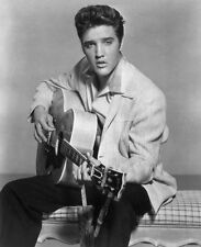 ELVIS PRESLEY UNSIGNED PHOTO - 5611 - THE KING OF ROCK AND ROLL