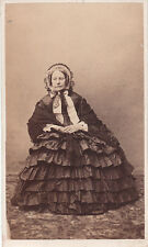 Photo cdv : Une dame d'un certain âge assise en pose , vers 1868