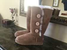 UGG W Bailey Button Triplet, Chestnut, Size 8 M