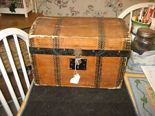 LATE 1800S EARLY 1900S CHILDS/DOLL TRUNK WITH LITHO PAPER ON OUTSIDE TRAY INSIDE