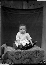 Portrait enfant bébé assis coussin - ancien négatif photo verre an. 1930 40