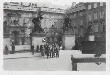 Kradschützen vor Eingang Prager Burg Tschechien