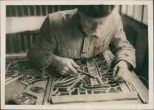 Artisan vitrier au travail Vintage silver print Tirage argentique  13x18