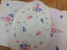 VINTAGE HAND EMBROIDERED CREAM LINEN LOT OF THREE TABLE CENTRE CLOTHS