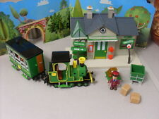 POSTMAN PAT SDS TRAIN STATION AND MUSICAL TRAIN WITH FIGURE AND 2 TROLLIES