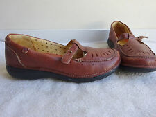 """Clarks Unstructured """"Un Curry"""" Tan leather T-Strap Flats/Shoes Size 7 Wide Nice"""
