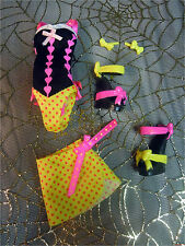 Monster High Draculaura GLOOM BEACH Doll Swimsuit Wrap Shoes & Bow Earrings Lot