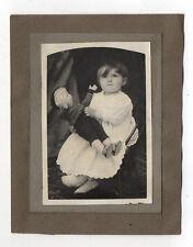PHOTO Ancienne - Vintage Snapshot Enfant Fille Poupée Poupon Jouet Vers 1900