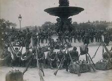 PARIS c. 1910 - Militaires Place de la Concorde 1er Mai - 40