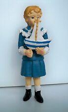 1:12 - Miniatur Junge mit Segelschiff für das Puppenhaus -NEU