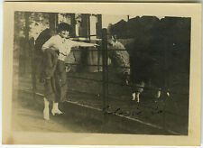 PHOTO ANCIENNE - FEMME ZOO CAGE LAMA CLÔTURE - ANIMAL WOMAN - Vintage Snapshot