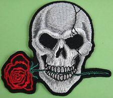 Ecusson patch brodé thermocollant Tête de mort avec une rose