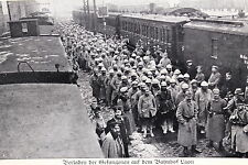 18288 AK Laon Bahnhof französische Gefange Züge deutsche Soldaten um 1915