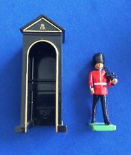 *BRITAINS* Scots GUARD & SENTRY BOX 1988 1990 Metal Toy Soldier Queen King 0089