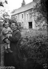 Homme portant enfant religieux prêtre soutane  - Ancien négatif photo an. 1940