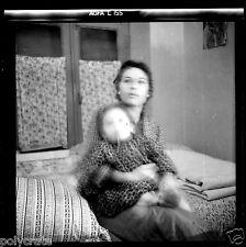 Portrait femme + enfant assis sur lit - ancien négatif photo an. 1950 60