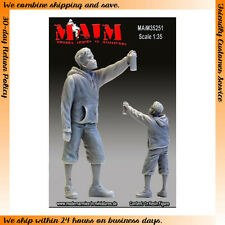 MAiM Models 1/35 Graffiti Painter #1 Boy Spraying (1 Figure)