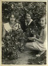 PHOTO ANCIENNE - VINTAGE SNAPSHOT - FEMME MODE COIFFURE FLEURS DRÔLE - FLOWERS