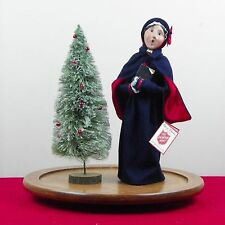 Byers Choice Caroler Woman Salvation Army Holding Holy Bible 1999 Cape Xmas Tree