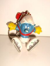 ANCIEN PORTE CLE KEYCHAIN SCHTROUMPF SMURF PATINEUR PEYO BULLY  (6x5cm)