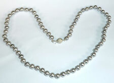 A SIMULATED PEARL NECKLACE WITH ROUND GREY COLOURED PEARLS