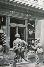 WW2 - Photo - la 82ème Airborne recherche des snipers à Sainte-Mère-Eglise