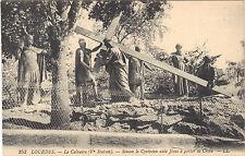 65 - cpa - LOURDES - Le calvaire - 9e station - Simon le Cyrénéen aide Jésus
