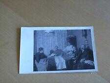 Foto AK 2K63 Gesellschaft im Wohnzimmer ca. 14x9cm