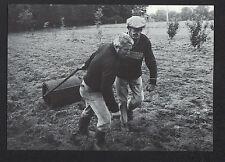 LE FAOUET (56) CULTIVATEUR au travail pour SEMIS de POMMES DE TERRE période 1980