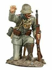 BRITAINS SOLDIERS WW1 GERMAN INFANTRY 1916 NCO CROUCHED ADVANCING No1  -23040