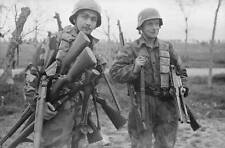 WWII  Photo German Soldiers Captured Weapons WW2 /2039