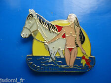 Pin's pin LANGUEDOC PIN UP SEXY NUDE AVEC SON CHEVAL BLANC  ( ref L28 )