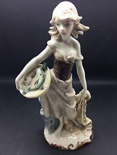 Porcelana De Niña Vestido de trabajo antiguo de cerámica con cesta & neta de peces en brillo