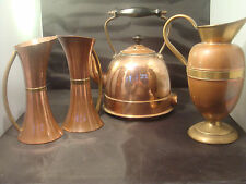 VINTAGE COPPER KETTLE WITH COPPER JUG PIR MATCHING COPPER JUGS AN IMPRESSIVE LOT