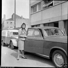 Voiture ancienne  + portrait femme dans la rue - Négatif photo ancien - an. 1960